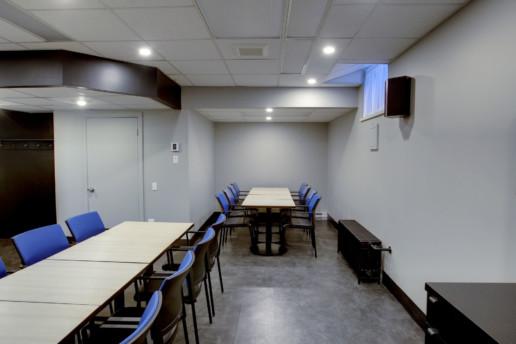 Salle de réunion. 2 tables de conférence, 12 et 8 chaises