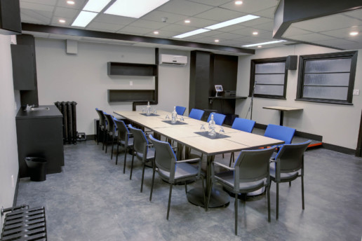 Salle de réunion. Table de conférence, 12 chaises